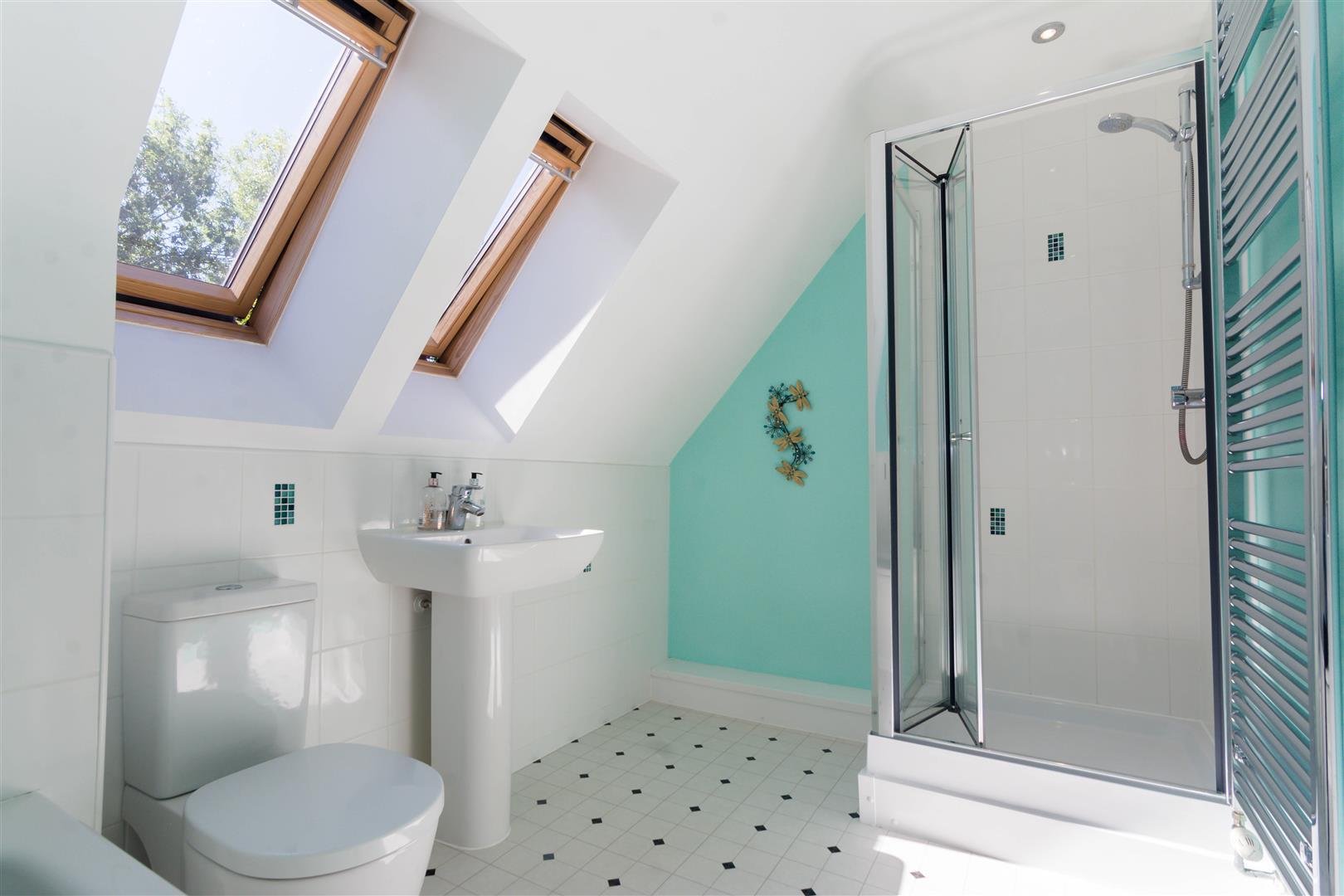 Vs Full Bathroom En Suite Bathroom: Detached : Greenlea Close, Yeadon, Leeds